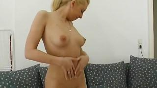 Unersättliches Luder wird von der Freundin unbarmherzig gebumst Cute Blonde German Toying With Her Puss